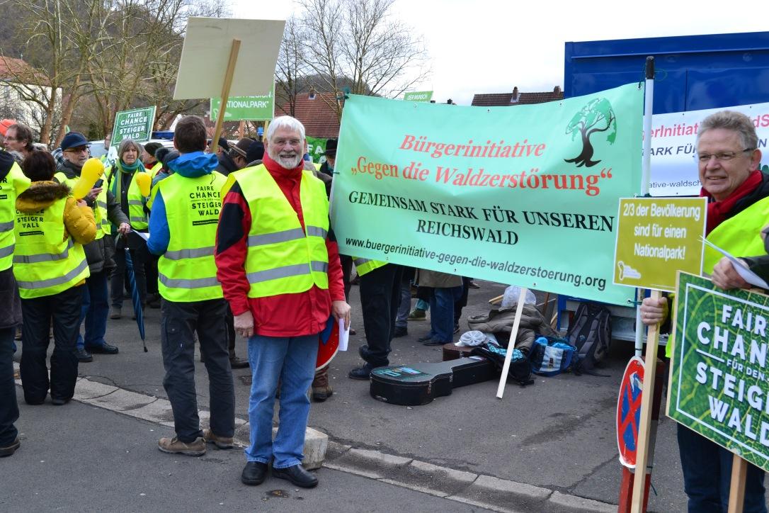 Eckhard Schulz mit BI - Banner gegen die Waldzerstörung